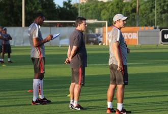 Argel observa treino enquanto Dida anota informações (Foto: Tomás Hammes/GloboEsporte.com)