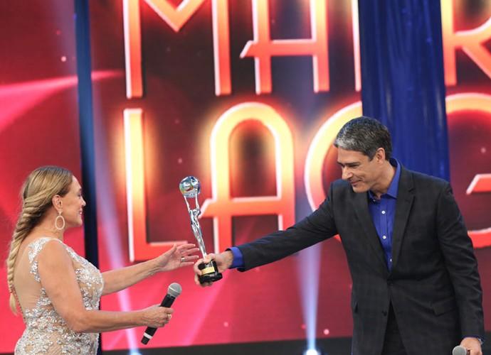 Atriz recebe o troféu das mãos de William Bonner, último homenageado com o prêmio (Foto: Carol Caminha/Gshow)