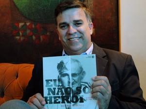 """Rostand Medeiros, autor do livro """"Eu não sou herói - Biografia de Emil Petr"""" (Foto: Ricardo Araújo/G1)"""
