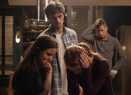 Eliza briga feio com Gilda e é consolada por Arthur e Jonatas