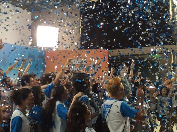 Estudantes jogam papel picado para o alto para comemorar aprovação na Fuvest (Foto: Luiza Tenente/ G1)
