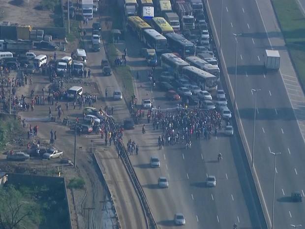Protesto interditou a Rodovia Washington Luís, na altura da Reduc, pista sentido Rio (Foto: Reprodução/ TV Globo)