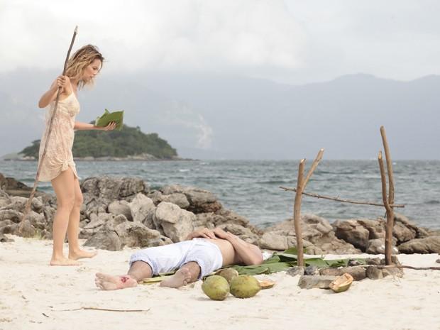 Juliana encontra Nando ardendo em febre (Foto: Guerra dos Sexos/TV Globo)