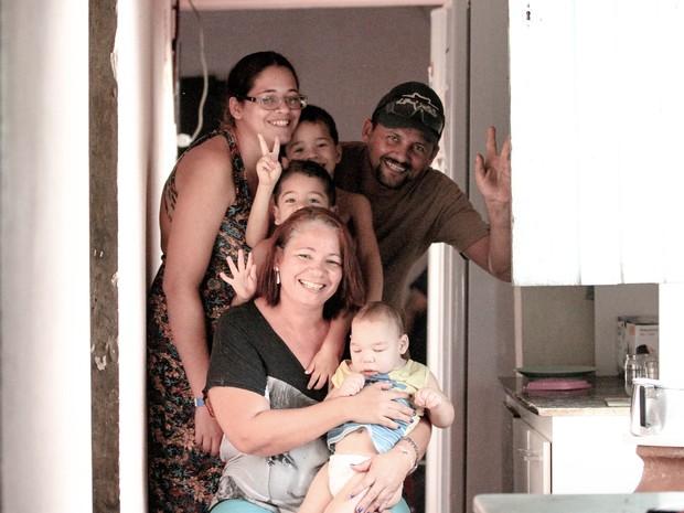 Condições financeiras não são as melhores, mas não falta amor na casa de Davi Henrique (Foto: Marlon Costa/Pernambuco Press)
