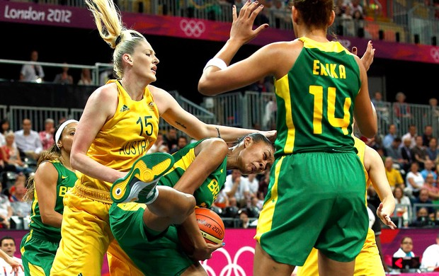 Damiris Dantas na partida de basquete do Brasil contra a Austr&#225;lia (Foto: Reuters)