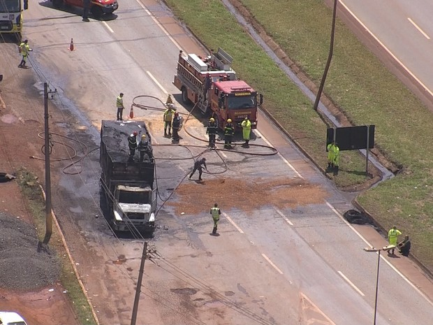 Caminhão pega fogo na BR-040, em Nova Lima (Foto: Reprodução/TV Globo)