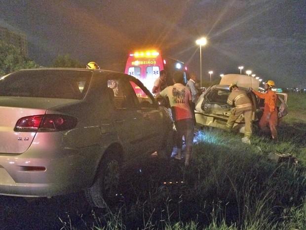 Acidente entre dois carros na BR-060, em Samambaia, no Distrito Federal (Foto: Corpo de Bombeiros/Divulgação)