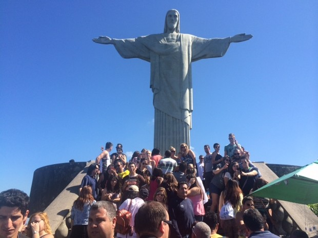 Cristo Redentor cheio de turistas (Foto: Matheus Rodrigues / G1)