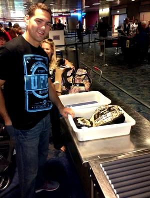 Chris Weidman passando o cinturão na esteira do aeroporto (Foto: Reprodução / Instagram)