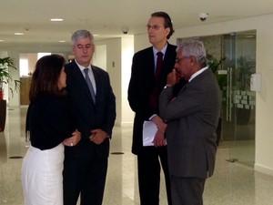 Hermes Chipp (esq.), diretor geral do ONS, e Mauricio Tolmasquim, presidente da Empresa de Pesquisa Energética, aguardam início da reunião no Rio (Foto: Cristiane Cardoso/G1)
