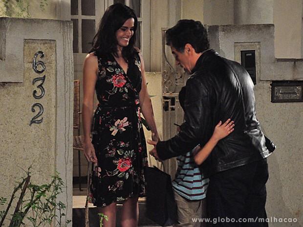 Caetano presenteia o menino e é bem recebido por uma mulher (Foto: Jacson Vogel / TV Globo)