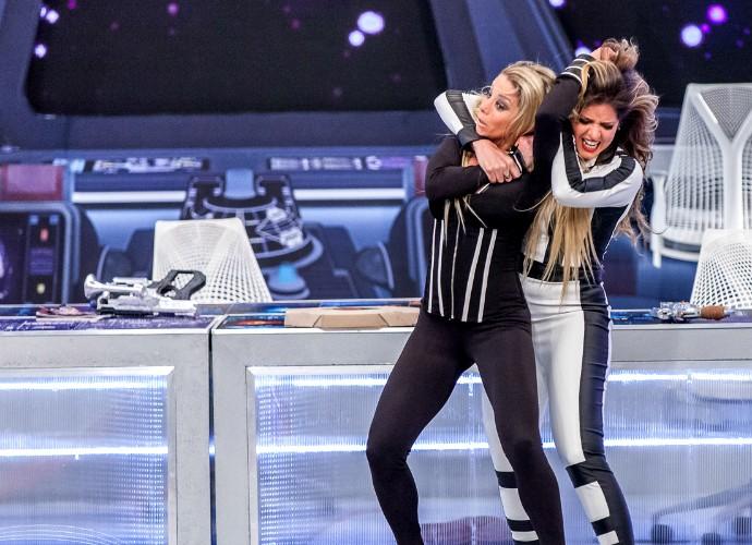 Mariana e Danielle se grudam nos cabelos (Foto: Artur Meninea/Gshow)