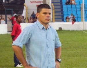 Treinador do Viana, Celinho, no Estádio Nhozinho Santos, pelo Campeonato Maranhense 2012 (Foto: Afonso Diniz/Globoesporte.com)