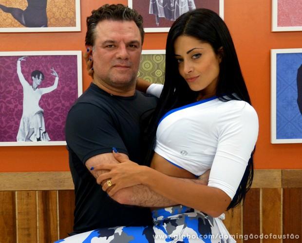 Adriano Garib e Aline Riscado posam após o primeiro ensaio (Foto: Domingão do Faustão / TV Globo)