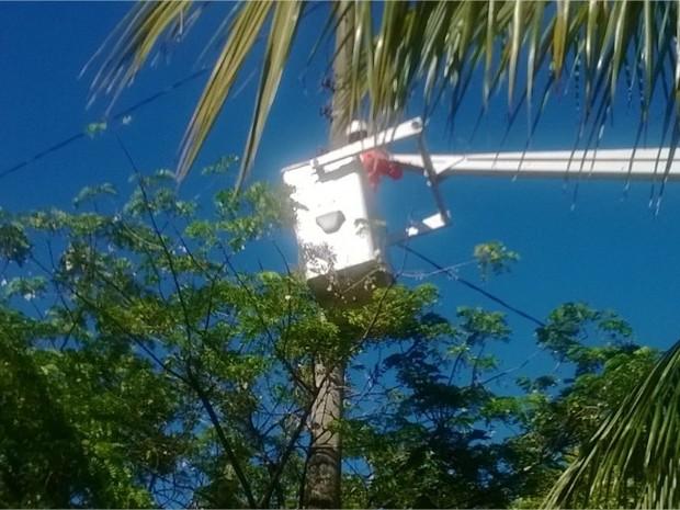 Iluminação sendo instalada na BR-101 (Foto: Divulgação/Autopista Fluminense)
