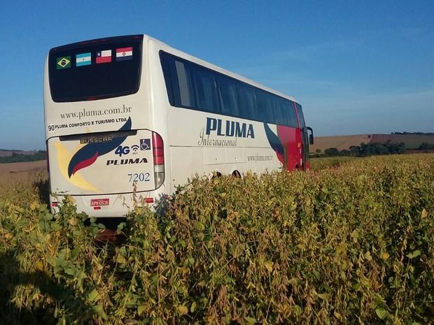 Ônibus foi parado em rodovia e levado até estrada rural em Floresta (Foto: Arquivo pessoal)