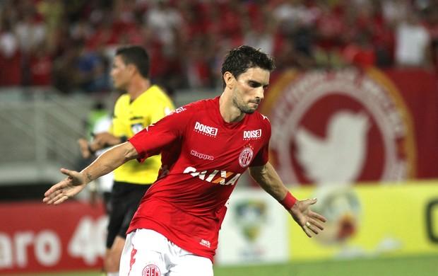 Rodrigo Pimpão comemora gol do América-RN contra o Atlético-PR (Foto: Nuno Guimarães / Agência estado)