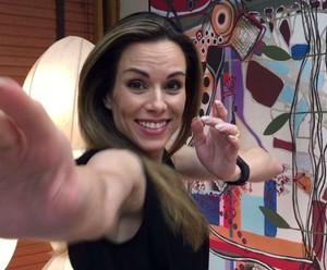 Ana Furtado faz dancinha ao relembrar de 'Caminho das Índias' (Foto: Tiele Nicolini/Gshow)