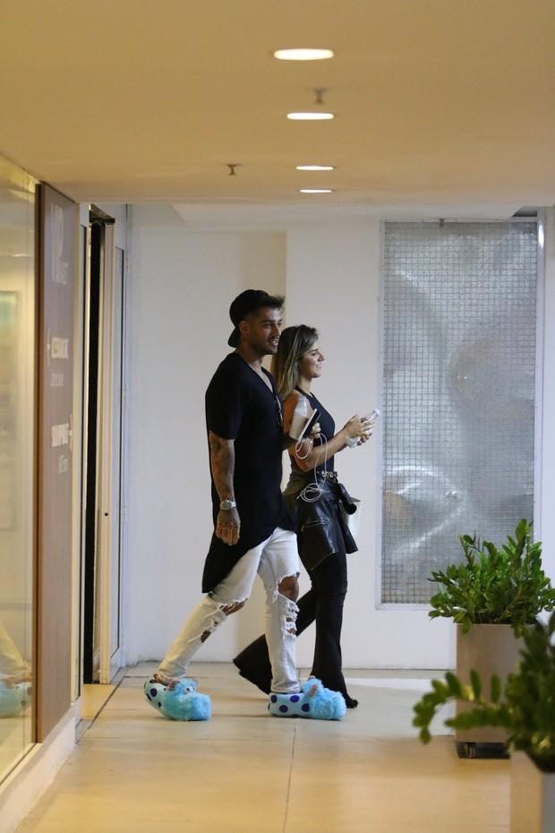 Lucas Lucco usa calçado estranho em passeio com loira (Foto: Fabio Moreno/AgNews)