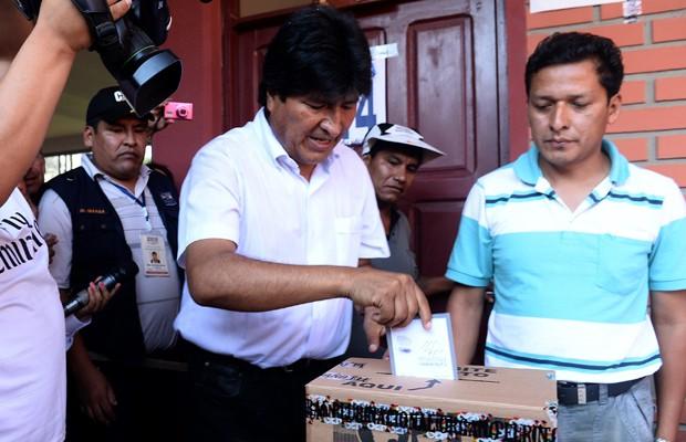 Presidente Evo Morales vota na região do Chapare, na Bolívia, neste domingo (12) (Foto: Danilo Balderrama/Reuters)