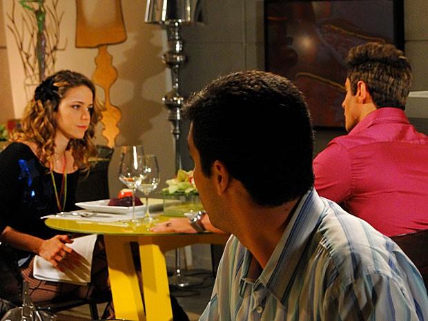 Paparazzo observa os dois na mesa juntos (Foto: Cheias de Charme / TV Globo)