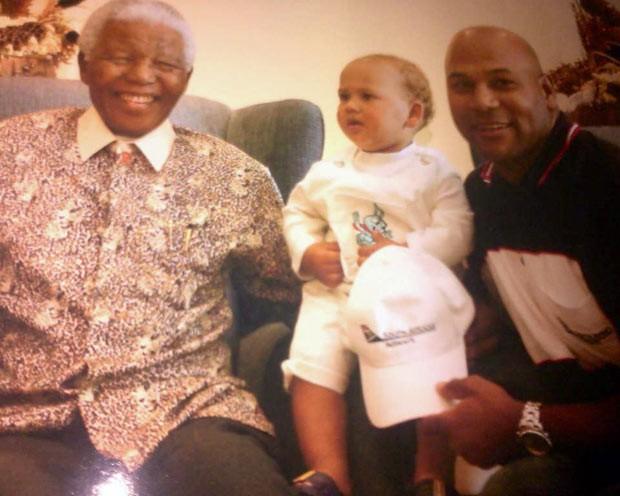 Nelson Mandela com Chester Williams e seu filho pequeno em 2007 (Foto: Arquivo pessoal)