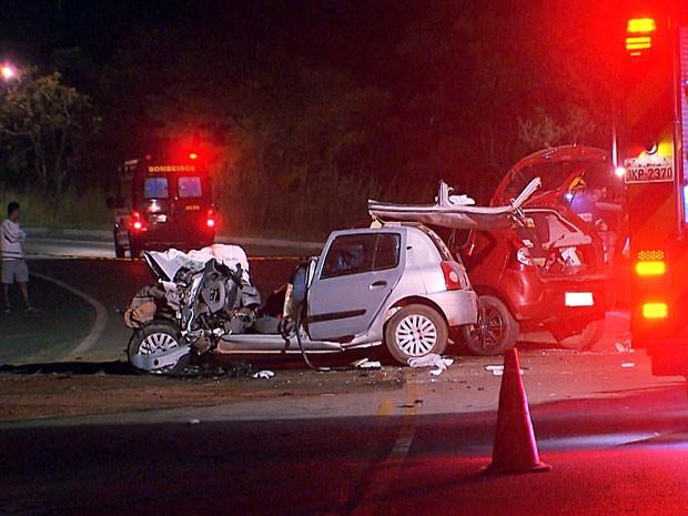 Carros que se envolveram no acidente ocorrido na BR-251 ficaram destruídos (Foto: TV Globo / Reprodução)