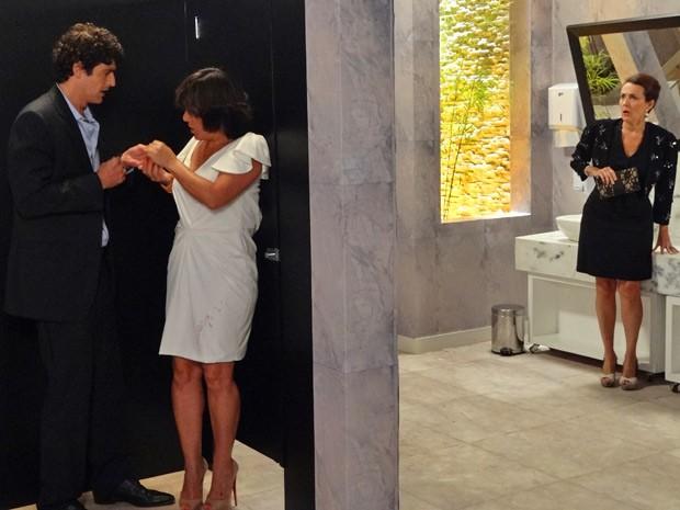 Mulher do investidor pensa que Roberta e Nando estão no maior amasso (Foto: Guerra dos Sexos / TV Globo)