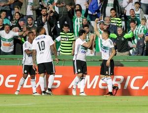 Raphael Veiga comemorando gol contra o Galo