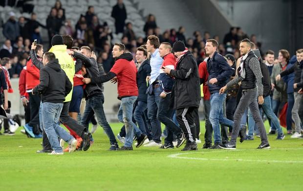 BLOG: Torcida do Lille invade o gramado para comemorar, e técnico ganha até beijo