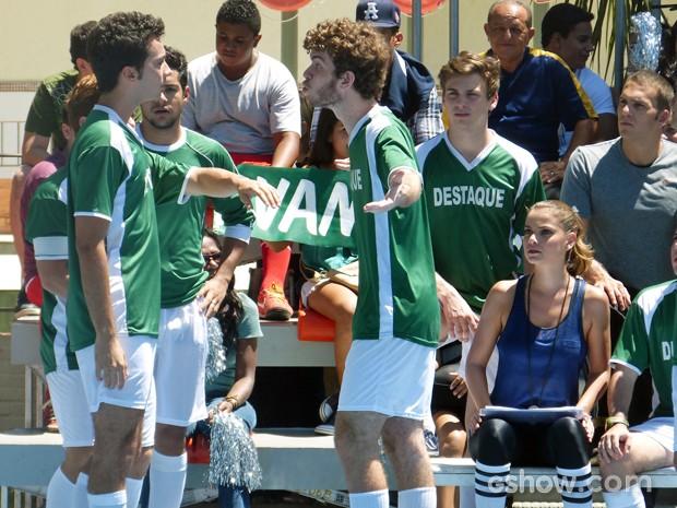 Mal começa o jogo, Sidney e Ben já batem boca (Foto: Malhação / TV Globo)