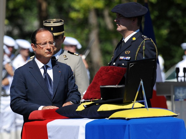 François Hollande participa de cerimônia por um soldado morto no Afeganistão, em Varces-Allières-et-Risset, neste sábado (11) (Foto: AFP)