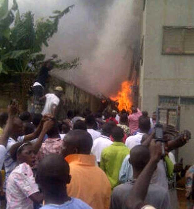 Avião caiu no bairro de Iju. (Foto: CKN/AFP)