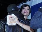 Rihanna cumprimenta fãs em lançamento de CD nos EUA