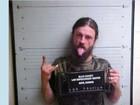 Americano mostra a língua ao posar para foto da polícia