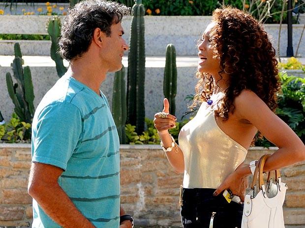 Claro que Penha acaba se estranhando com o surfista (Foto: Cheias de Charme / TV Globo)