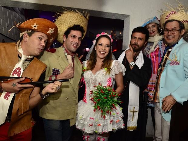 Renata Dominguez, Rodrigo Phavanello e Rosamaria Murtinho em festa julina no Rio (Foto: Roberto Teixeira/ EGO)
