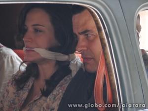 Perigo! Manfred prende Amélia dentro do carro (Foto: Joia Rara/TV Globo)