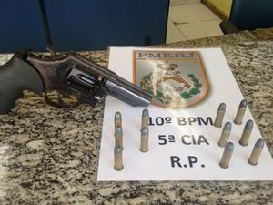 Revólver e munições foram encontrados com suspeitos (Foto: Divulgação/Polícia Militar)