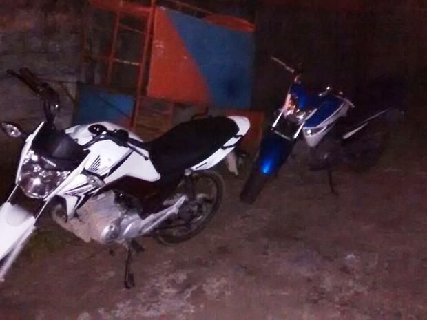 Polícia apreendeu motos e carro roubados em Praia Grande (Foto: G1)