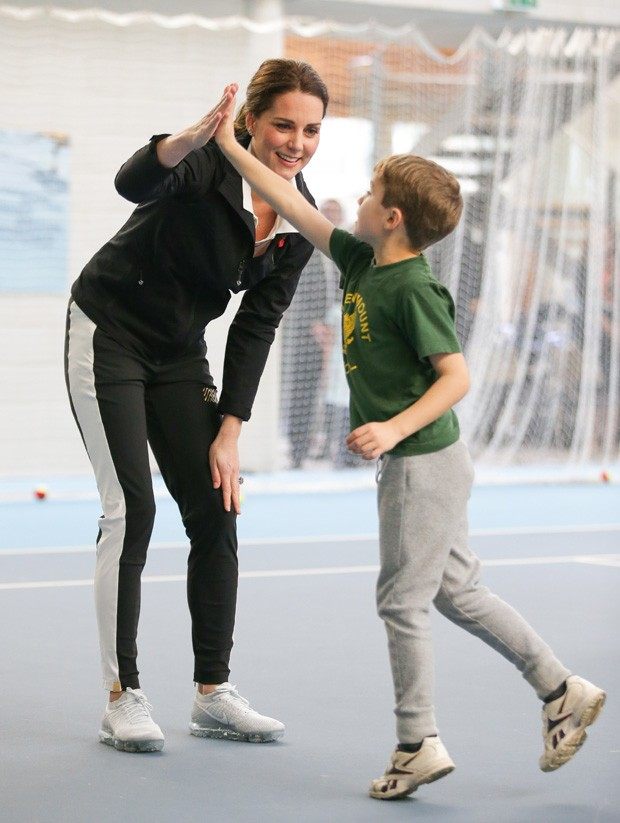 LONDON, UNITED KINGDOM - OCTOBER 31: Catherine, Duchess of Cambridge, high-fives a boy as she takes part in a Tennis for Kids session during a visit at the Lawn Tennis Association (LTA) at the National Tennis Centre on October 31, 2017 in southwest London (Foto: Getty Images)