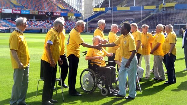 Pelé cumprimenta ex-jogadores suecos no gramado do Estádio Rasunda (Foto: Rafael Maranhão / Globoesporte.com)
