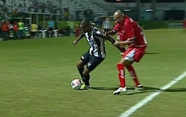 Alex Silva na jogada em que se machucou contra o ABC (Foto: Reprodução Premiere FC)