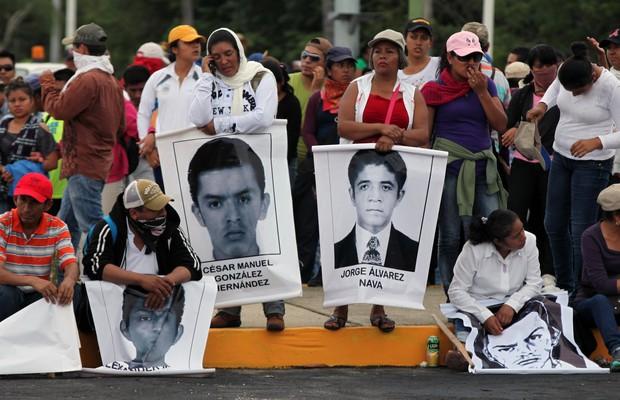 Parentes dos estudantes desaparecidos no México protestam no aeroporto de Acapulco  (Foto: Marco Ugarte/AP)