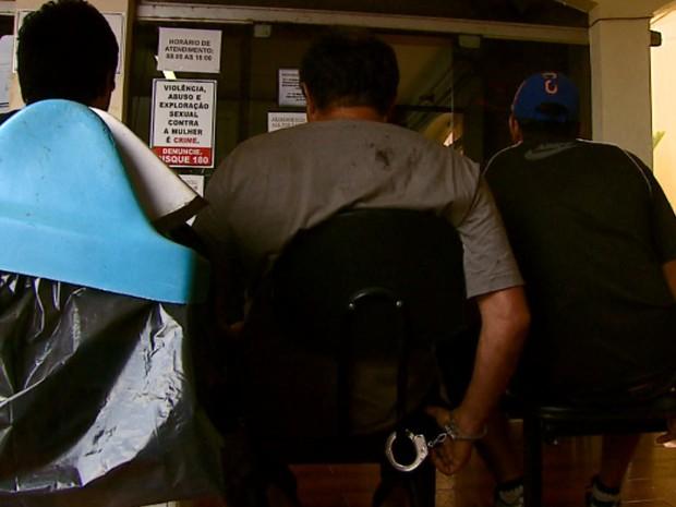 Trio é preso em São Carlos após adulterar placa de caminhão de carga (Foto: Ely Venancio/EPTV)