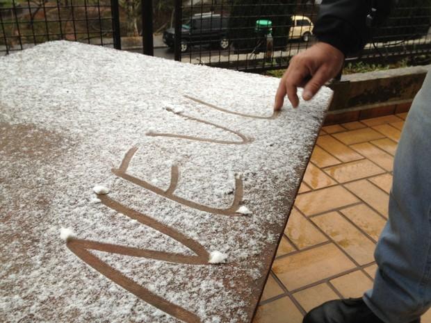 Voltou a nevar por volta das 7h15  (Foto: Larissa Vier/RBS TV)