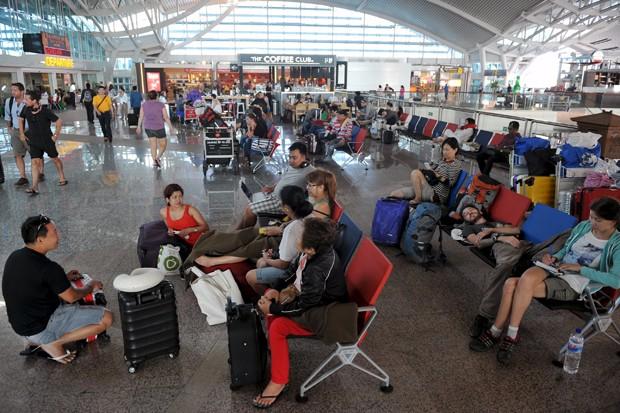 Passageiros aguardam em aeroporto de Ngurah Rai, em Bali, na Indonésia (Foto: Nyoman Budhiana/Antara/ Reuters)