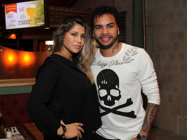Dani Souza e Dentinho em restaurante na Zona Oeste do Rio (Foto: Anderson Borde/ Ag. News)