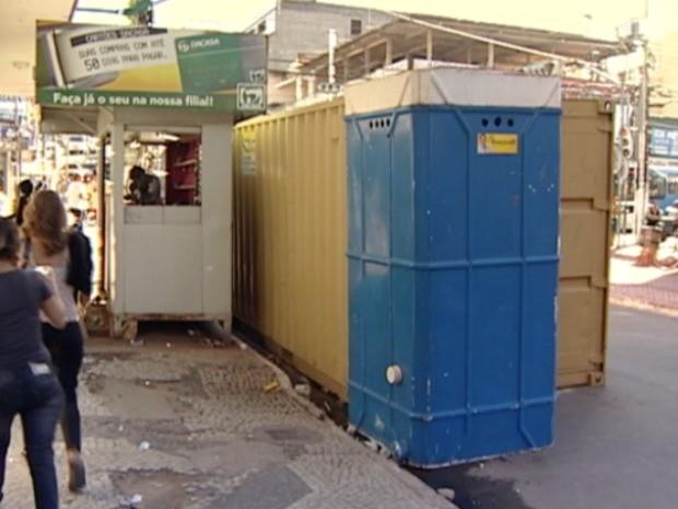 Contêiner instalado em avenida Campo Grande, em Cariacica, traz transtornos a comerciantes. (Foto: Reprodução/TV Gazeta)