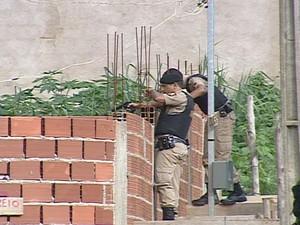 Polícia Militar fez um cerco na tentativa de achar suspeito do crime. (Foto: Reprodução/Inter Tv dos Vales)